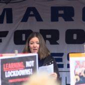 Samantha Horowitz på talerstolen ved March for Our Lives demonstration i København